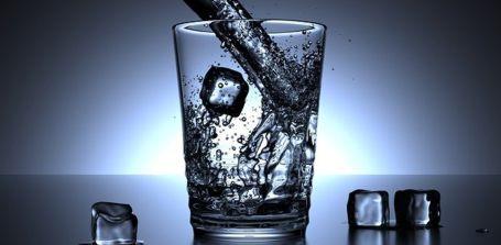 Hilft Eiswasser beim Abnehmen?