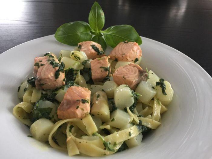Spargel mit Spinat-Gorgonzola-Sauce, Lachs und Pasta